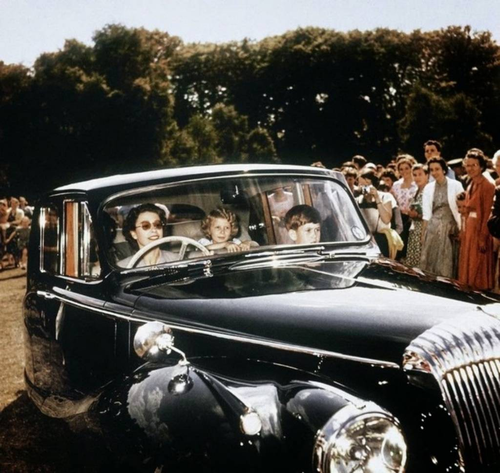 1957_queen_elizabeth_driving_her_children_prince_charles_and_princess_anne_in_windsor